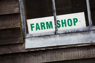 A sign for a farm shop visible through a window.の写真素材 [FYI02706214]