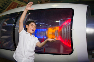 Little Chinese boy in science and technology museumの写真素材 [FYI02706215]