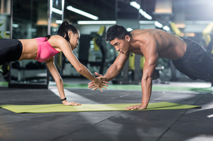 Young couple exercising at gymの写真素材 [FYI02706241]