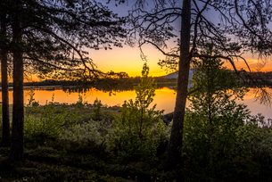 Midnight sun over a lake in Arjeplog, Swedenの写真素材 [FYI02706252]
