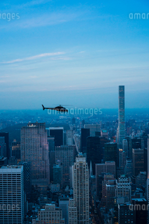 Helicopter flying in New York Cityの写真素材 [FYI02706255]