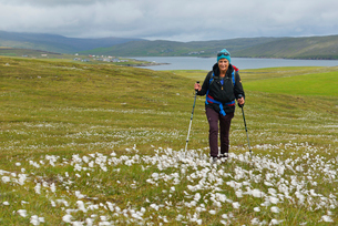 Woman hiking in Hillswick, Scotlandの写真素材 [FYI02706256]