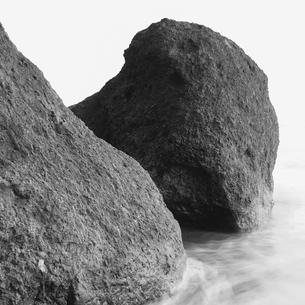 Rock formations, boulders on Ruby Beach.の写真素材 [FYI02706294]