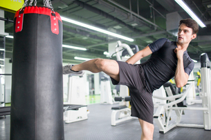 Male boxer practicing at gymの写真素材 [FYI02706304]