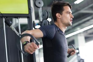 Young man exercising at gymの写真素材 [FYI02706317]