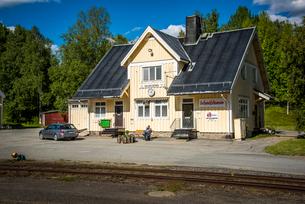 White railway station in Vilhelmina, Swedenの写真素材 [FYI02706323]