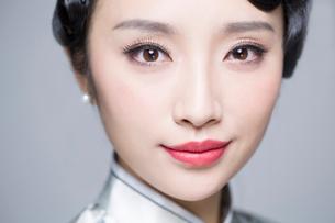 Headshot of young beautiful woman in traditional cheongsamの写真素材 [FYI02706337]