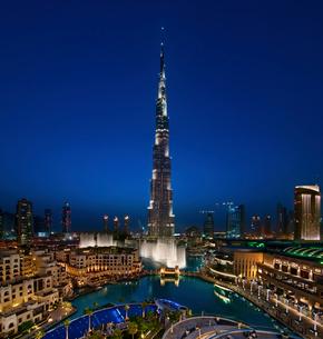 View of illuminated Burj Khalifa skyscraper at dusk, Dubai, United Arab Emirates.の写真素材 [FYI02706341]