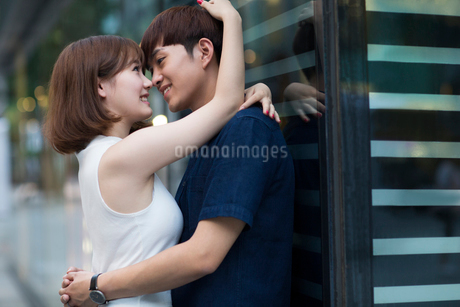 Happy young couple datingの写真素材 [FYI02706365]