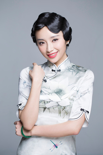 Portrait of young beautiful woman in traditional cheongsamの写真素材 [FYI02706368]