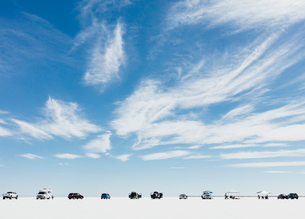 Cars and spectators lined up on Salt Flats during World of Speed weekの写真素材 [FYI02706375]
