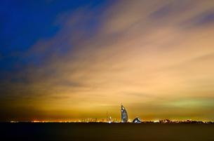 Cityscape of Dubai, United Arab Emirates at dusk with illuminated Burj Al Arab skyscraper in the disの写真素材 [FYI02706381]