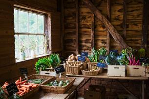 Tables of organic produce in a farm shop.の写真素材 [FYI02706384]
