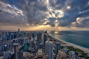 Cityscape of the Dubai, United Arab Emirates under a cloudy sky, with skyscrapers and coastline of tの写真素材 [FYI02706411]