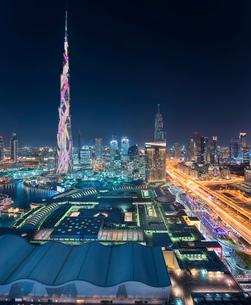 Cityscape of Dubai, United Arab Emirates at dusk, with illuminated Burj Khalifa skyscraper in the foの写真素材 [FYI02706428]