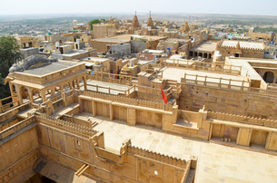 The historic hillfort sandstone buildings of Jaisalmer, elevated view of courtyards and rooftops.の写真素材 [FYI02706435]