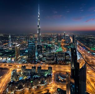 Cityscape of Dubai, United Arab Emirates at dusk, with the Burj Khalifa skyscraper and illuminated bの写真素材 [FYI02706438]
