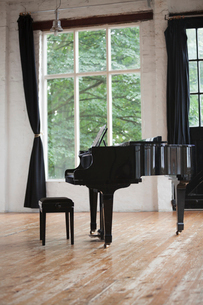 Grand Piano and Piano Stool in a rehearsal studio.の写真素材 [FYI02706463]