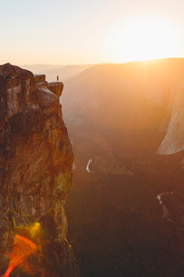 USA, California, Yosemite National Park, Taft Point, Man standing at edge of rockの写真素材 [FYI02706468]