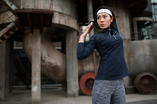 Young Chinese woman exercising outdoorsの写真素材 [FYI02706488]