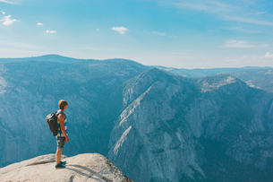 USA, California, Yosemite National Park, Man standing at Taft Pointの写真素材 [FYI02706495]