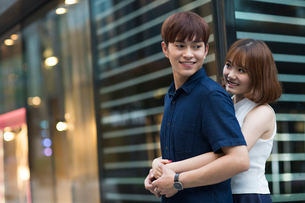 Happy young couple datingの写真素材 [FYI02706496]