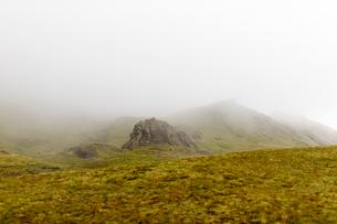 Fog over Old Man of Storr on Isle of Skye, Scotlandの写真素材 [FYI02706518]