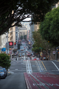 Steep street in San Francisco, Californiaの写真素材 [FYI02706527]