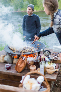 A woman cooking on a fire pitの写真素材 [FYI02706529]