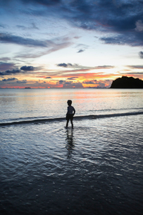 Boy at beach in Ko Lanta, Thailandの写真素材 [FYI02706533]