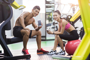 Young couple resting at gymの写真素材 [FYI02706541]
