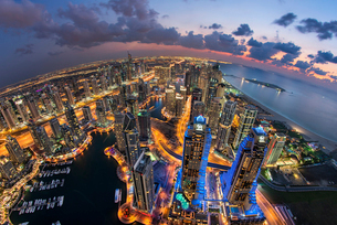 Aerial view of the cityscape of Dubai, United Arab Emirates at dusk, with illuminated skyscrapers anの写真素材 [FYI02706556]