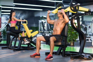 Young man exercising at gymの写真素材 [FYI02706558]
