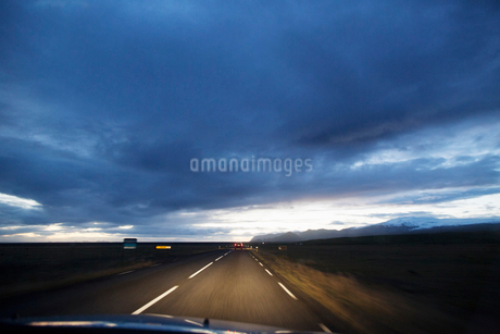 A rural road in Icelandの写真素材 [FYI02706574]