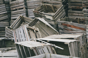 Pile of old and discarded wooden fruit crates, boxes for apple harvestの写真素材 [FYI02706577]