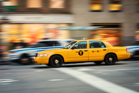 Yellow taxi in New York Cityの写真素材 [FYI02706602]