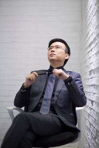 Mid adult businessman thinkingの写真素材 [FYI02706617]