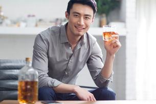 Young man enjoying fine wineの写真素材 [FYI02706629]