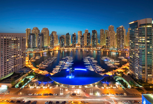 Cityscape of Dubai, United Arab Emirates at dusk, with illuminated skyscrapers and the marina in theの写真素材 [FYI02706634]
