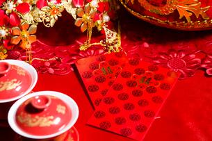 Traditional Chinese wedding elementsの写真素材 [FYI02706646]