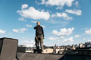 Roofer on a work break in Stockholm, Swedenの写真素材 [FYI02706649]