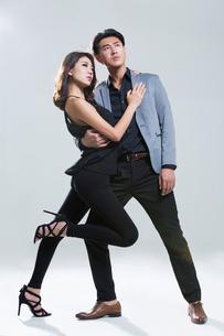Fashionable young coupleの写真素材 [FYI02706652]