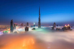 View of the Burj Khalifa and other skyscrapers above the clouds in Dubai, United Arab Emirates.の写真素材 [FYI02706659]