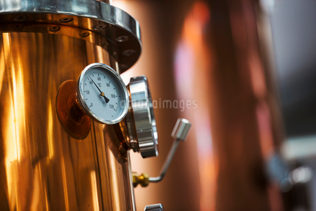 Close up of a gauge on a copper brew kettle or fermentation chamber.の写真素材 [FYI02706670]