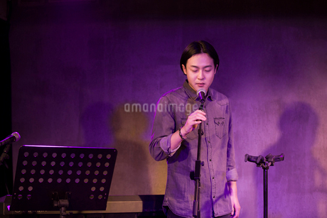 Young man singing on stageの写真素材 [FYI02706683]
