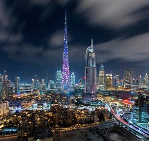 Cityscape of Dubai, United Arab Emirates at dusk, with the Burj Khalifa skyscraper and illuminated bの写真素材 [FYI02706686]