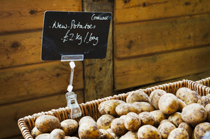 Organic new potatoes being sold in a farm shop.の写真素材 [FYI02706717]