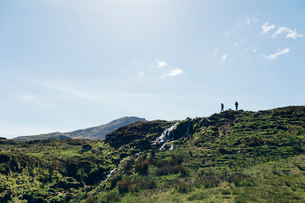 People hiking on hill on Isle of Skye, Scotlandの写真素材 [FYI02706742]