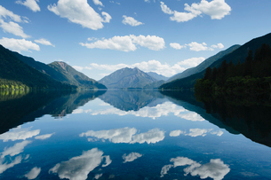 Mirror reflections, the sky and clouds reflected in the surface of the water of Lake Crescent.の写真素材 [FYI02706743]