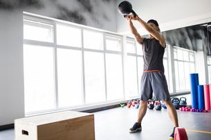 Young man exercising at gymの写真素材 [FYI02706749]